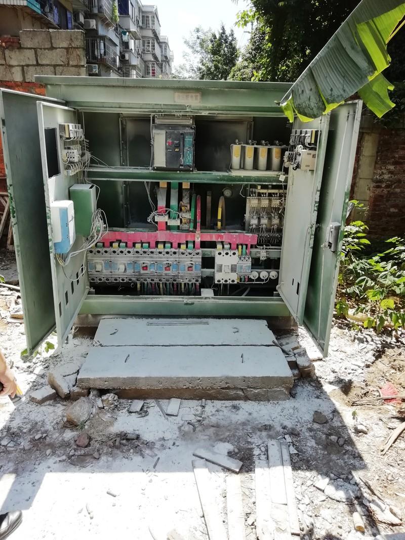 """""""烤""""坏了!潭中东路区水电大院宿舍区变压器前日烧毁,停电至今未解决"""