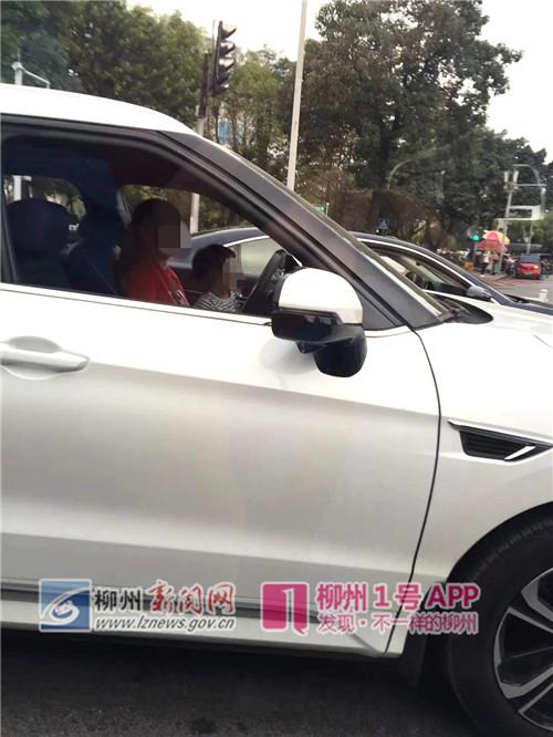 1号爆料|一名女子抱着小孩开越野车,以10码车速行驶在桂中大道上