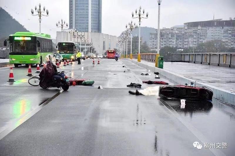 """柳江大桥车祸细节公布!目击者证实""""善心女孩""""和快递大叔救人时被撞"""