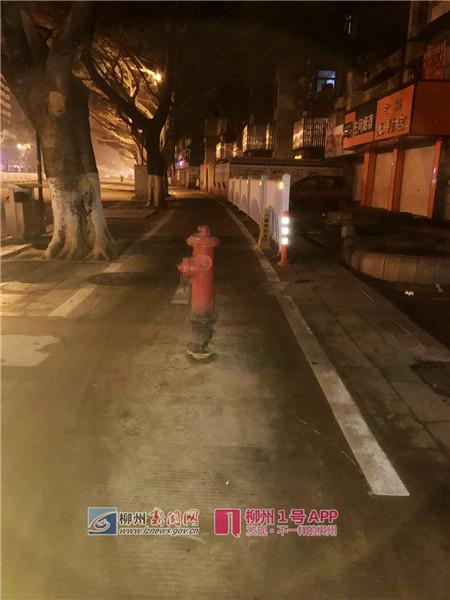 """屏山大道上的这个消防栓竟""""长""""在路中间?施工方回应已移走"""