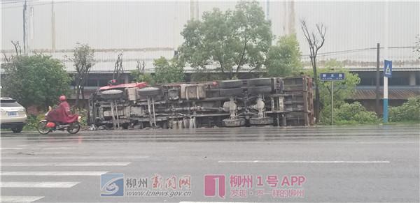 柳太路上两辆大货车相撞,其中一辆侧翻石块洒满地