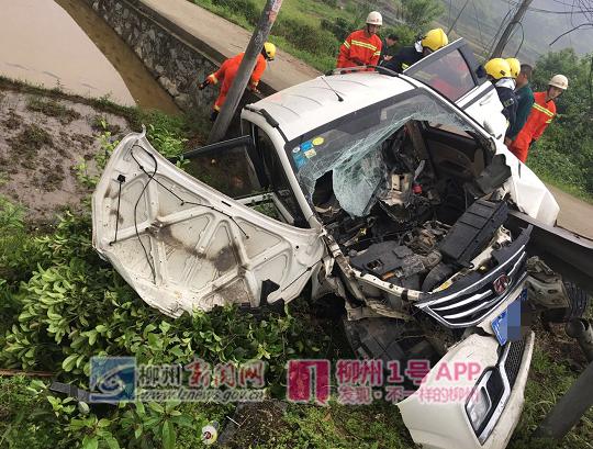 三江一面包车侧翻,驾驶室变形,司机被困!