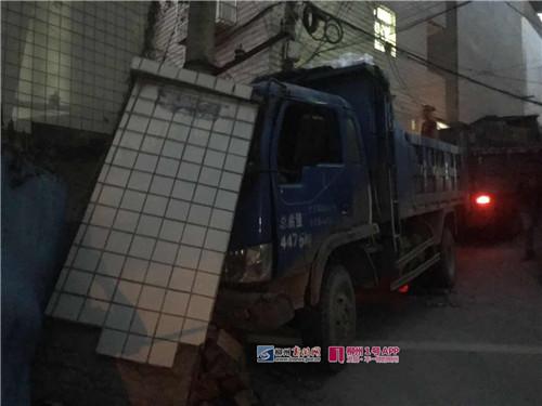 惊!大货车陡坡上突然熄火:一个溜坡撞倒河东新村这处围墙和电线杆!